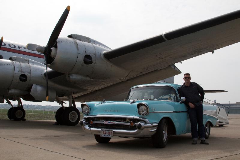 Chevy 57 mit einer DC-4 beim Fotoshooting Tempelhof 2