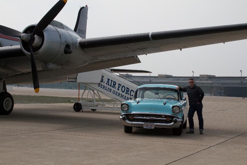 Chevy 57 BelAir mit einer DC-4 in Tempelhof beim Foto-Termin