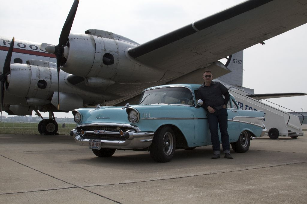 Chevy 57 Two-Ten vor einer DC-4